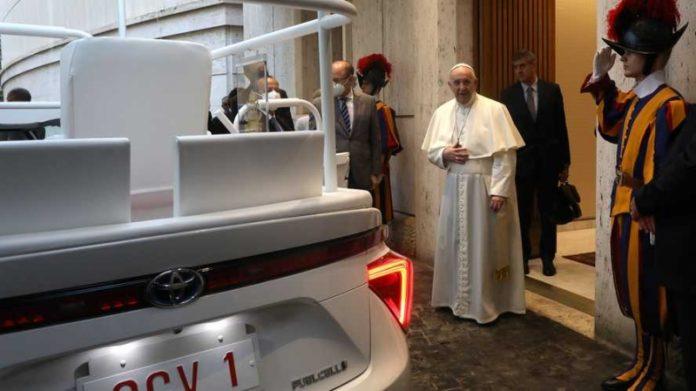 Папа Римський пересів на водневу Toyota Mirai