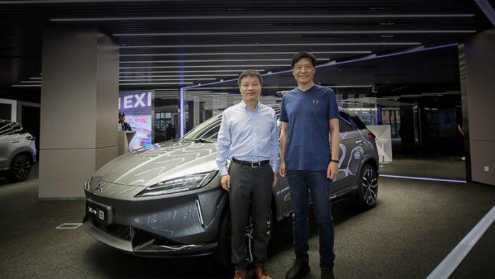 Влітку 2018 року бос Xiaomi Лей Цзюнь (на фото праворуч) заглянув у гості до старого друга Хе Сяопен (зліва), засновнику Xpeng Motors. Цзюнь оглянув нову штаб-квартиру в Гуанчжоу і електрокар Xpeng G3. Через чотири місяці Xiaomi стала стратегічним інвестором марки Xpeng.